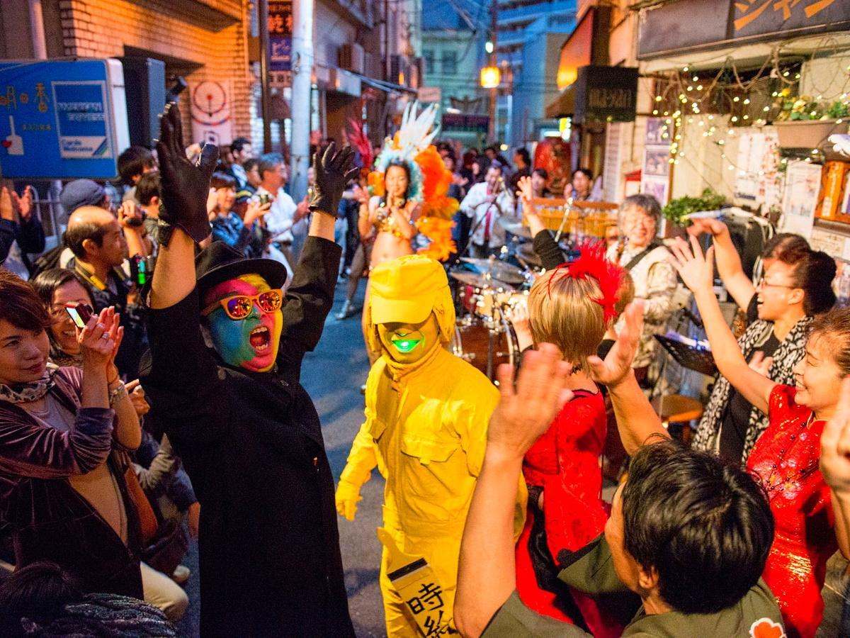 ムーンロードでは仮装やライブが開催される(昨年の様子、Akihisa Kodamaさん撮影)