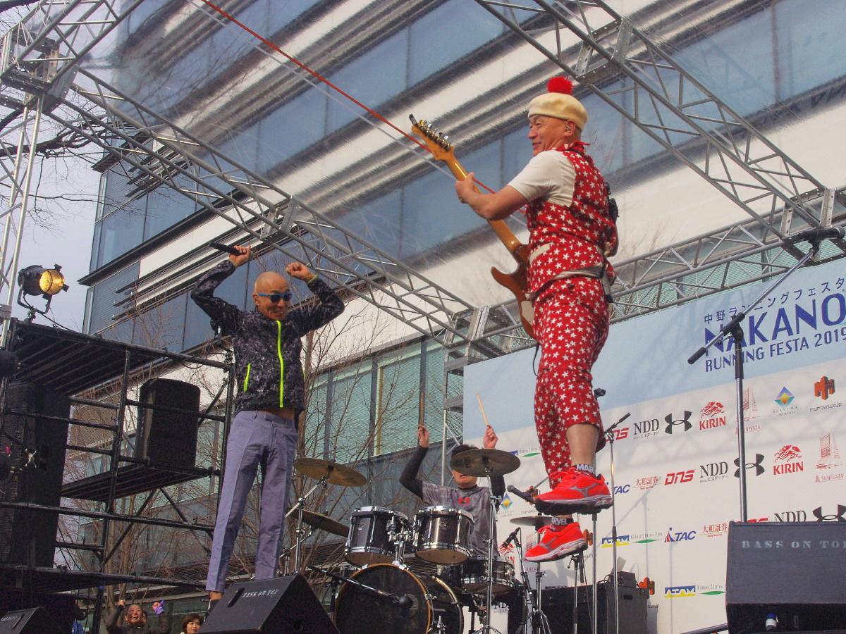 2019年大会のサンプラザ中野くん(左)ライブの様子(右はパッパラー河合さん)