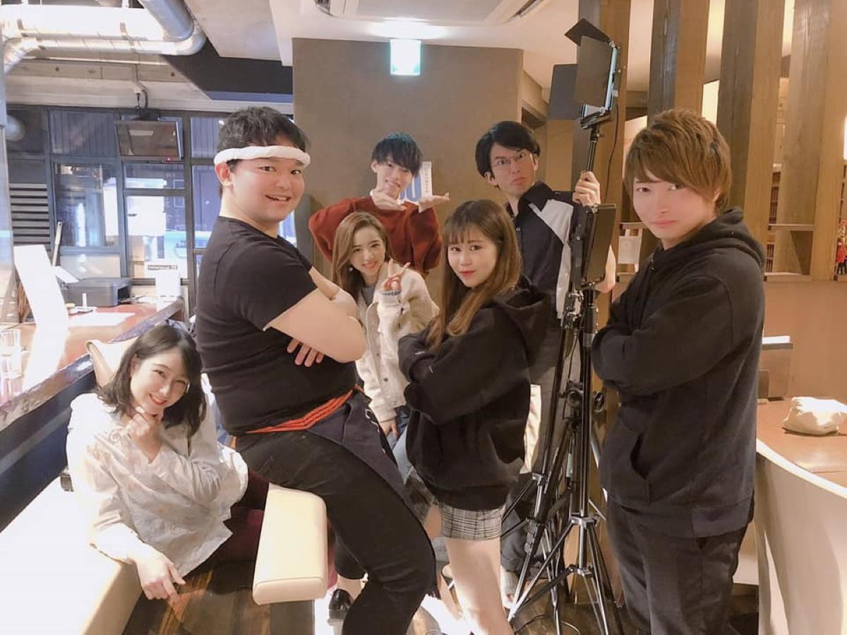 明大学生映像制作チーム「Next Film」代表の前田柊さん(写真右端)と映画「FAKE LOVE」出演者ら