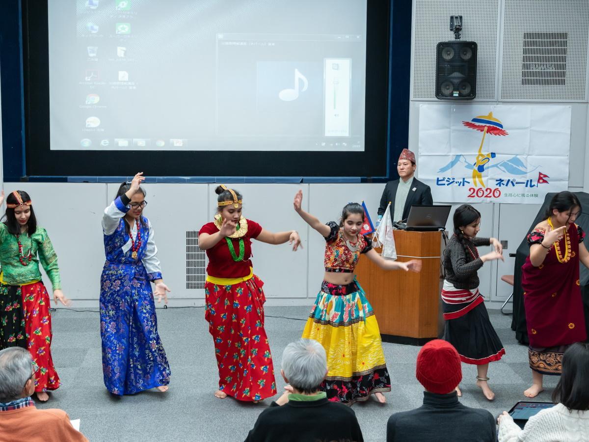 披露される「ネパールのダンス」の様子