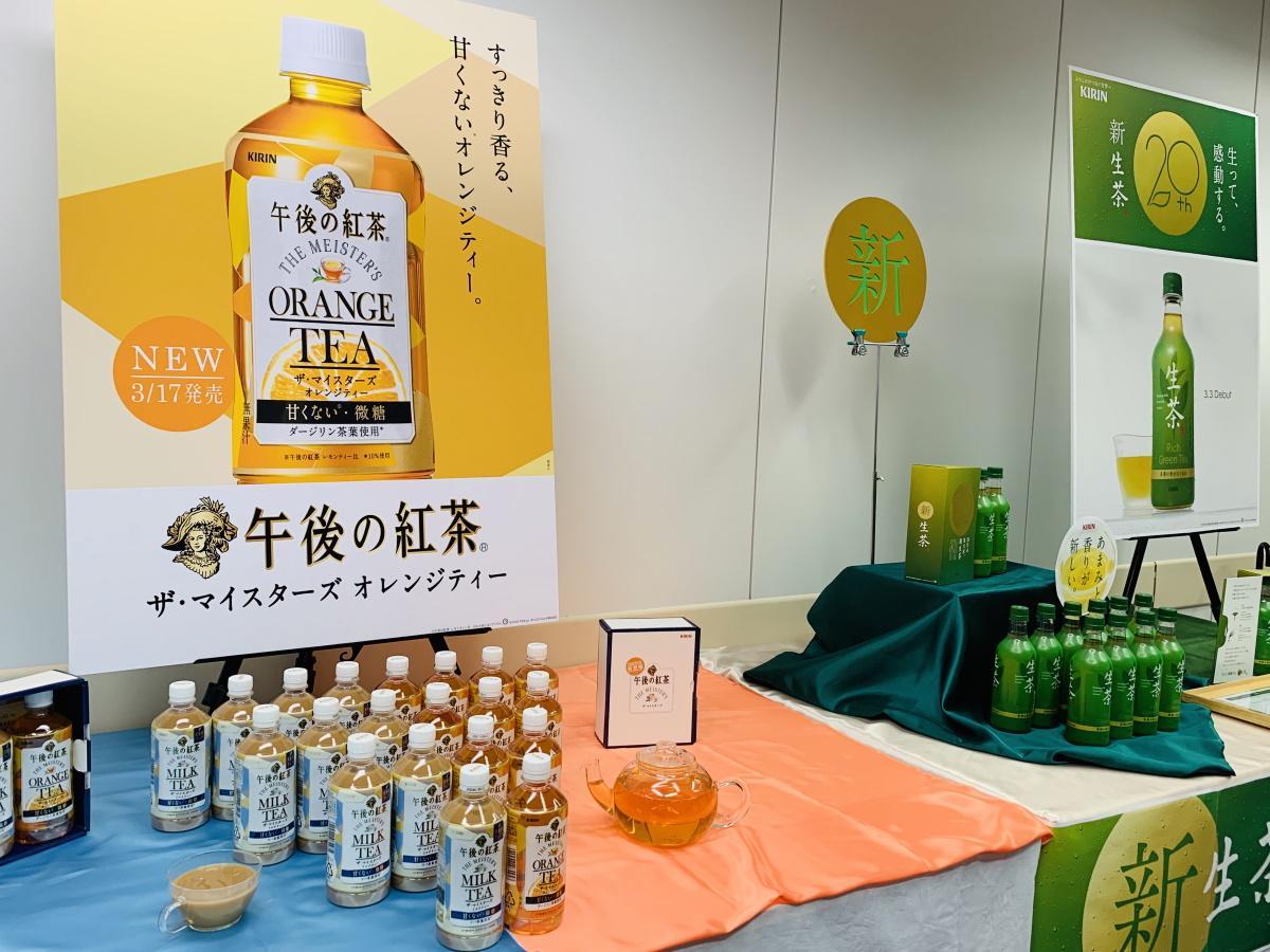 記者発表会で展示された「午後の紅茶 ザ・マイスターズ オレンジティー」(左)と新「生茶」