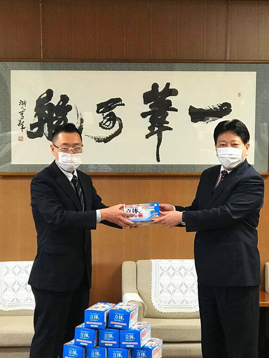 マスクを寄付しに区長室を訪れた土橋社長(写真左)と酒井区長