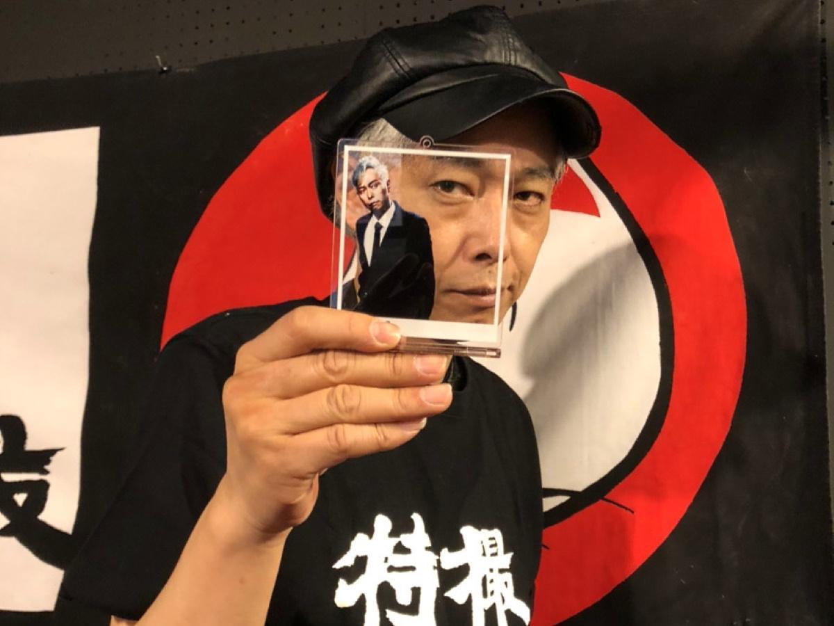 オーケンアクリルフォトスタンドと大槻ケンヂさん ©オーケン企画