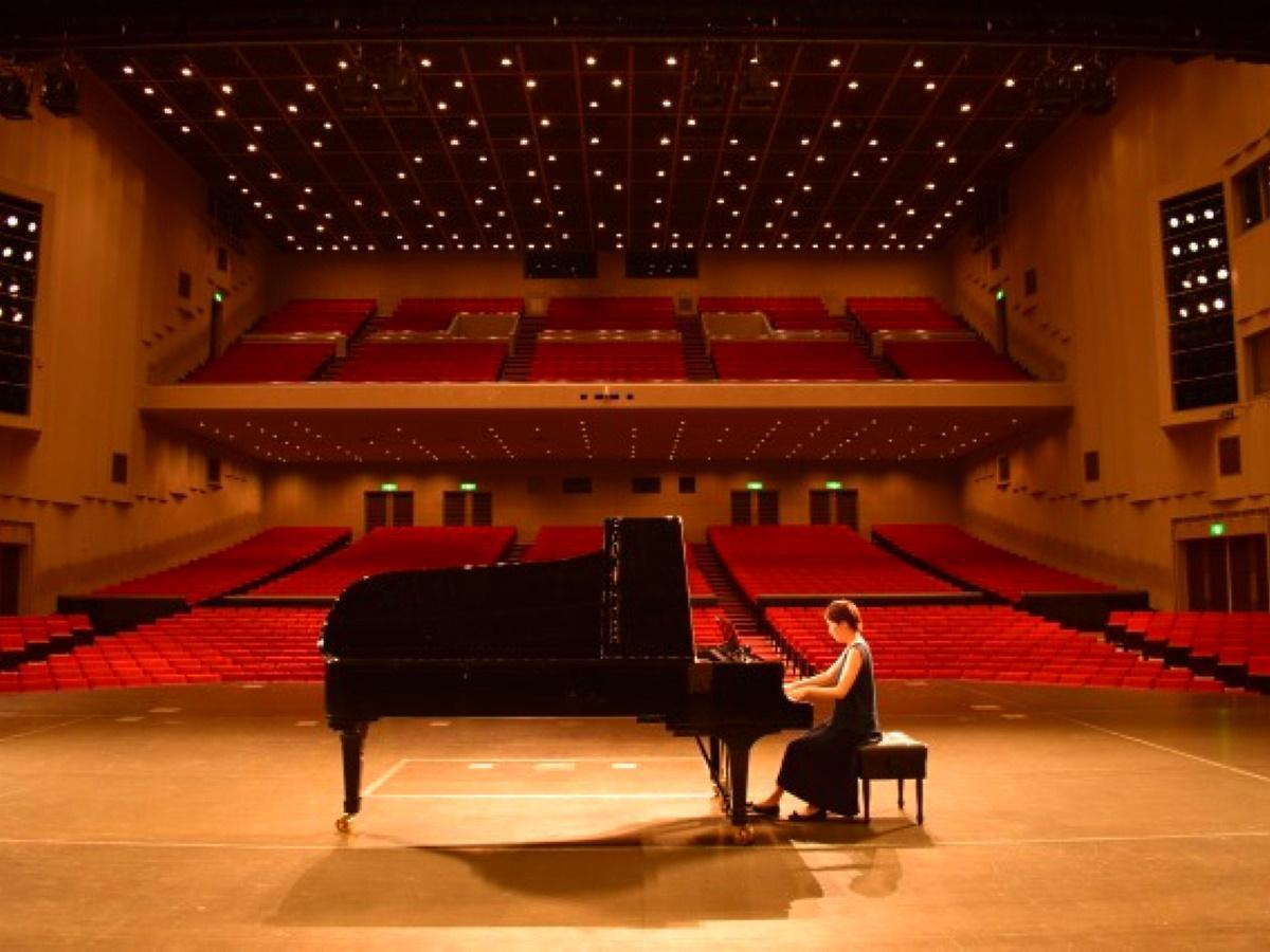 「スタインウェイ&サンズ」のピアノをステージで弾くことができる
