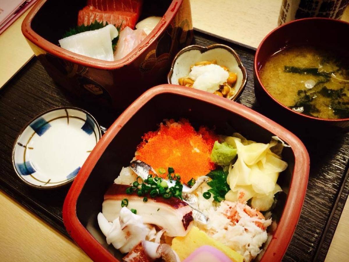 2015「実食部門」グランプリ「海鮮二段重(店舗=さなかの目玉)」