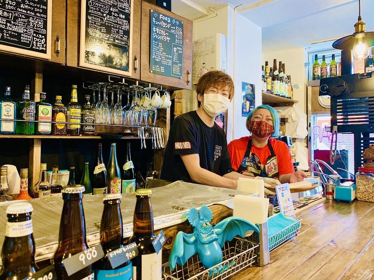 店主の田中すばるさん・せいらさん夫妻と「TOKYO DINER」店内