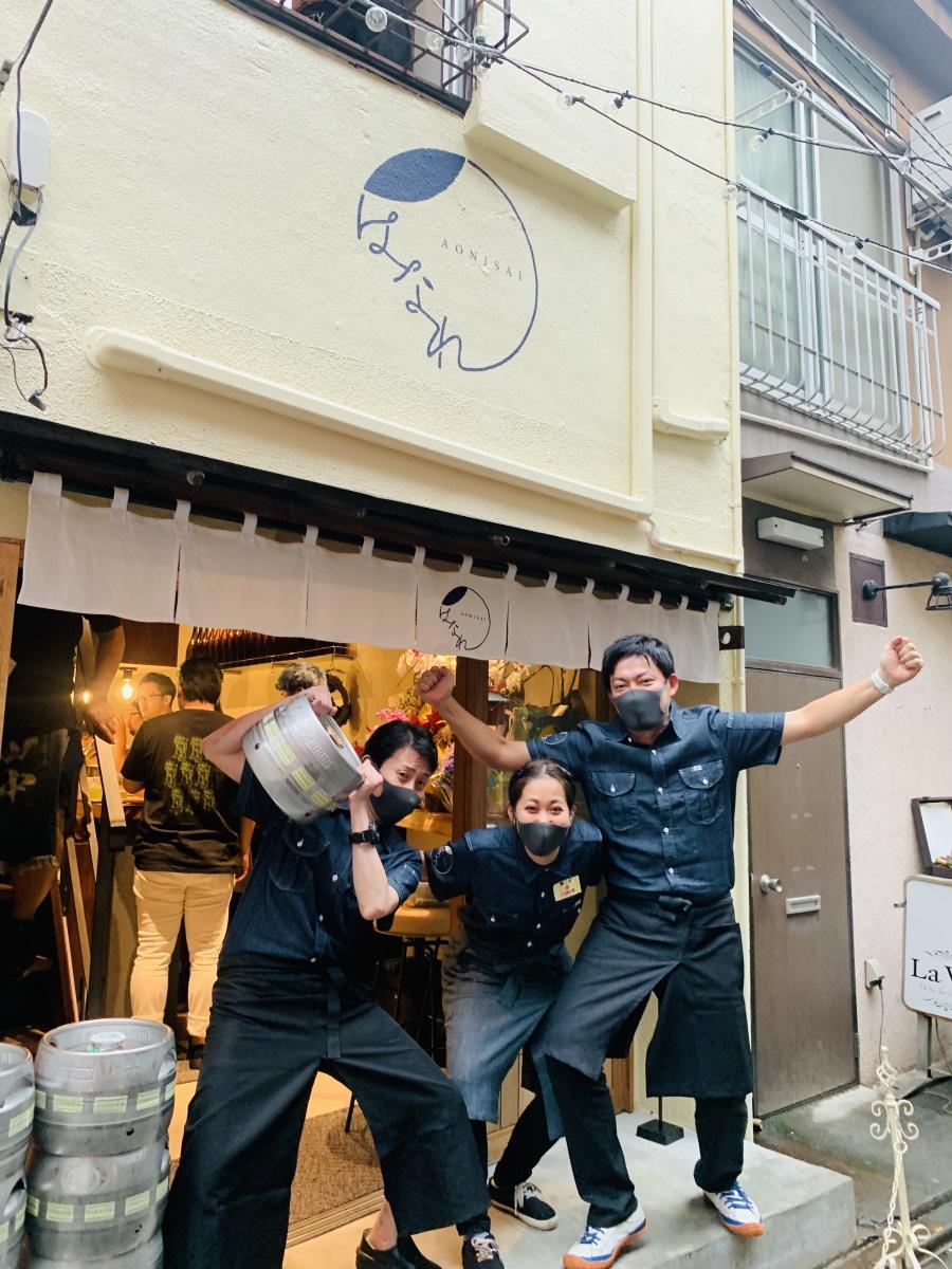 「青二才」グループ小椋道太社長(写真右)とスタッフと「青二才はなれ」外観