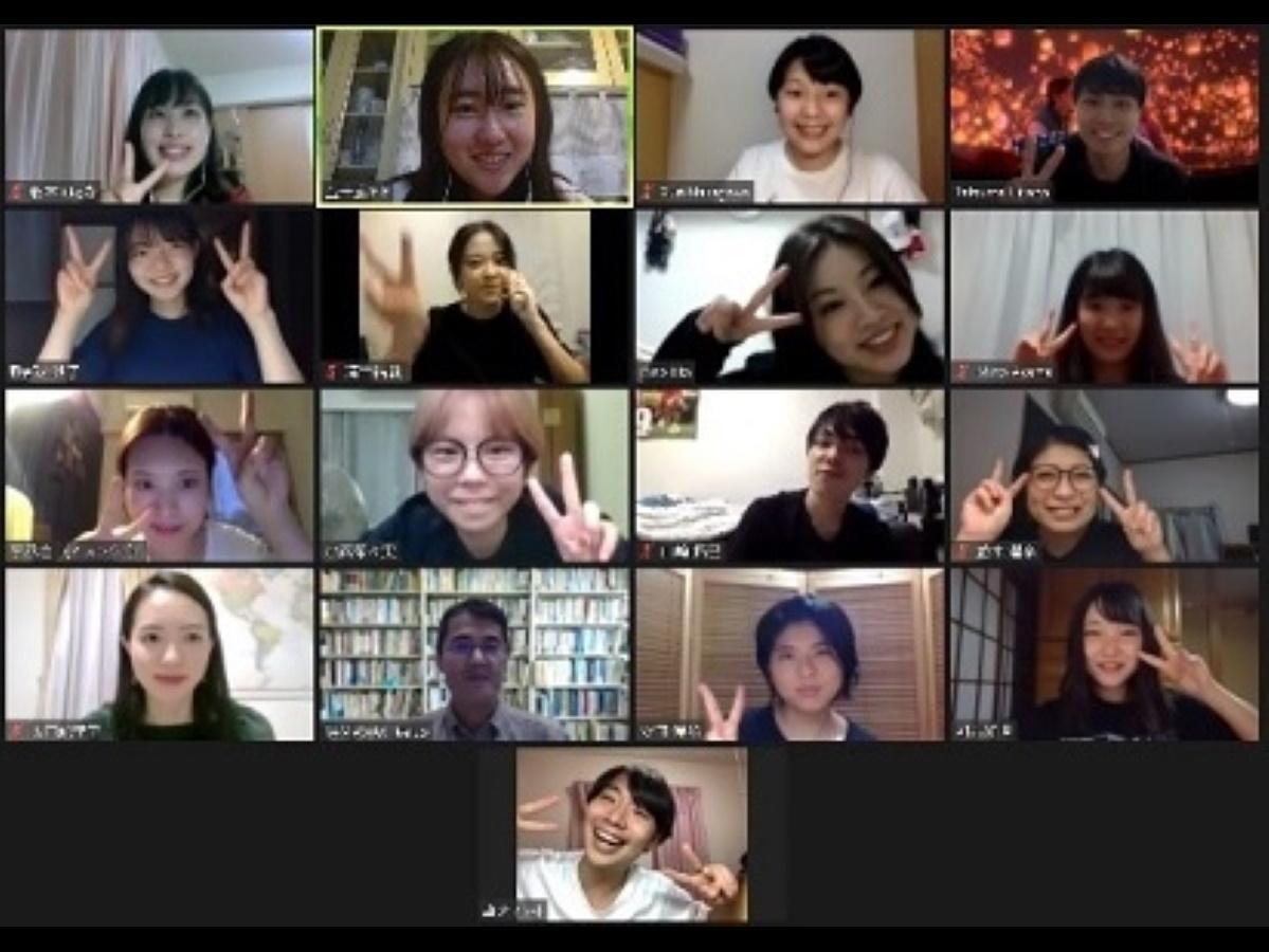 明治大学国際日本学部山脇啓造教授と山脇ゼミの4年生たち