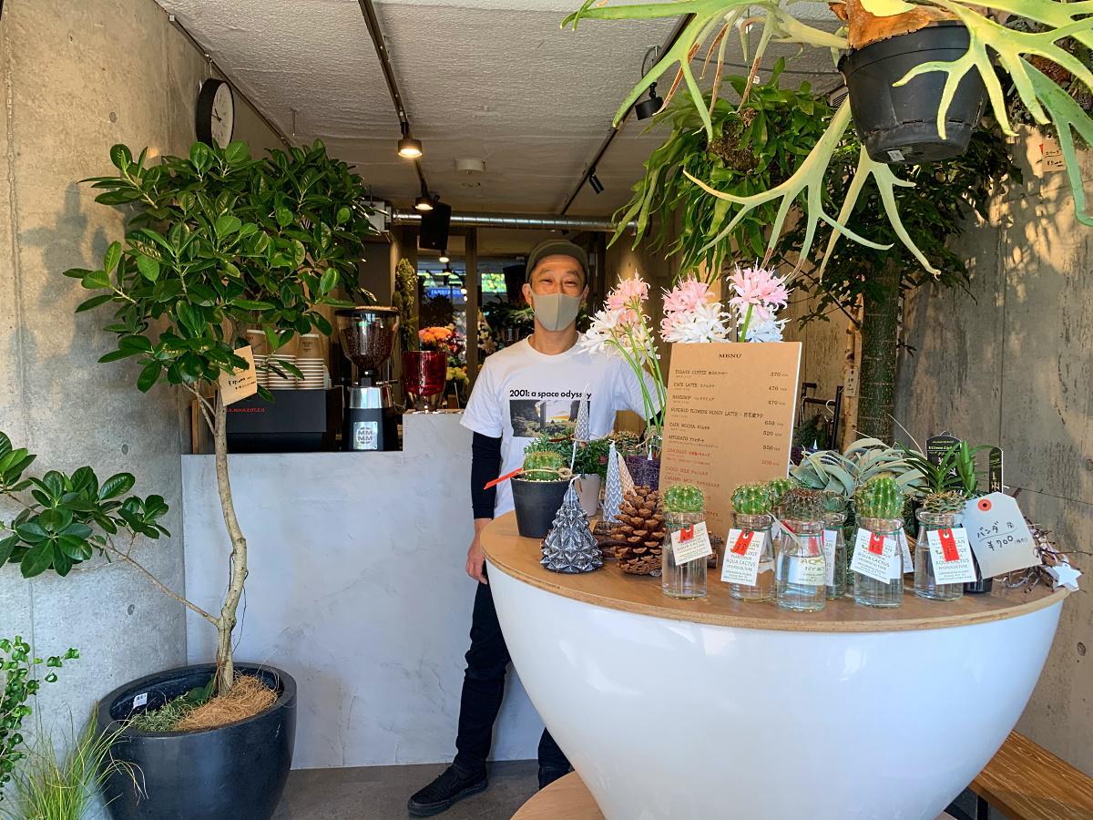 店主の沖山毅さんと「F.F.O FLOWERS AND COFFEE」外観