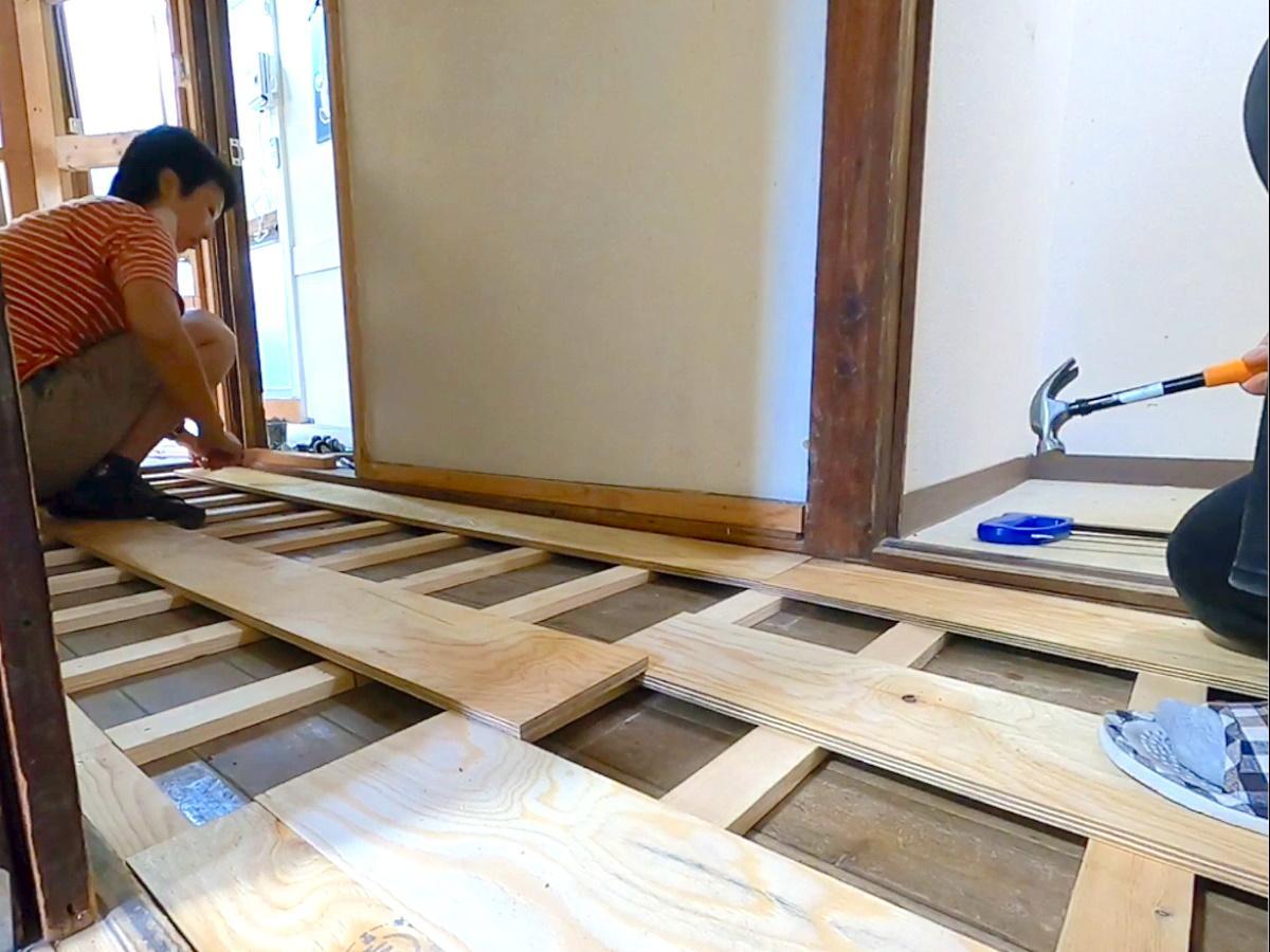 シェアハウスをDIYするオーナーの山本真梨子さん(左)