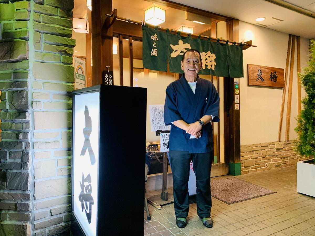 閉店最終日にインタビューに応じる店主の栃山久夫さん
