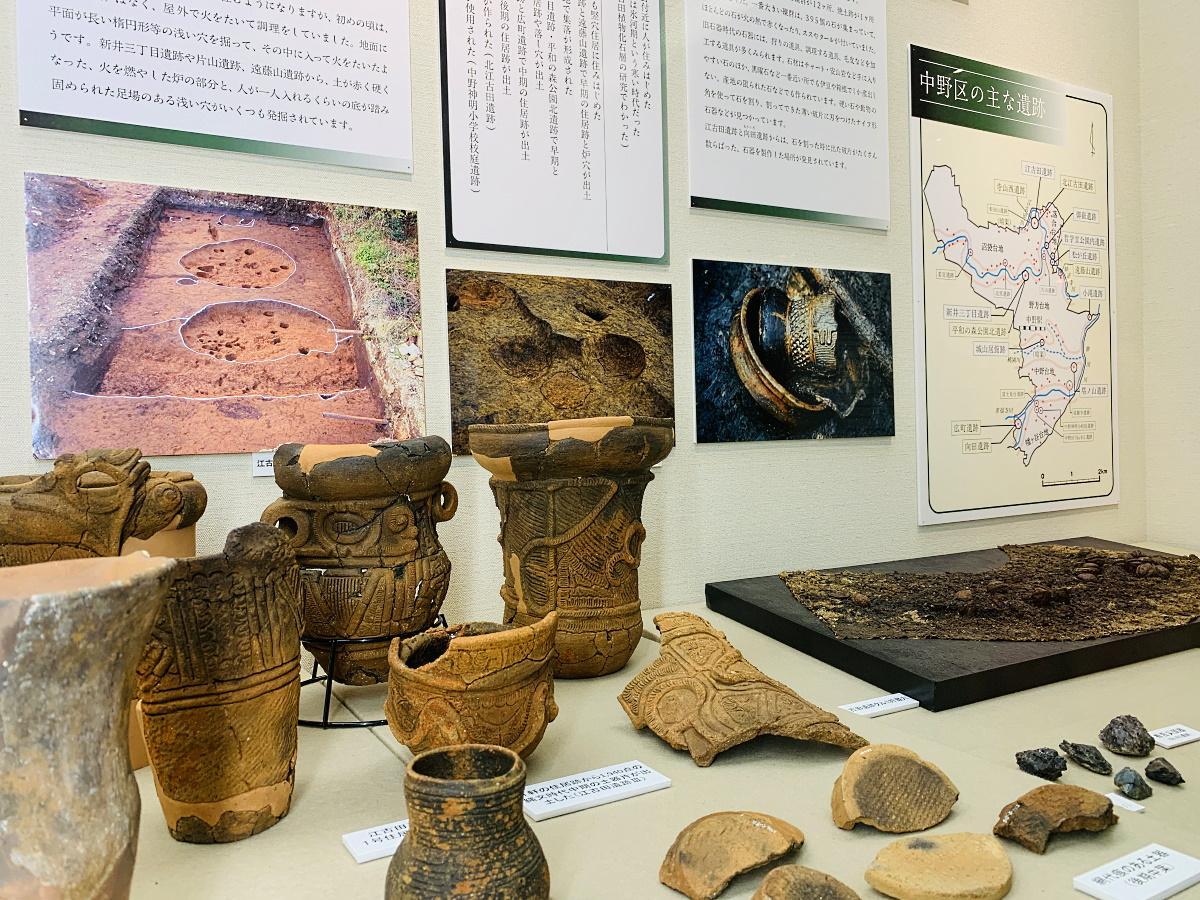 旧石器時代や縄文時代の遺跡から出土した石器や土器など