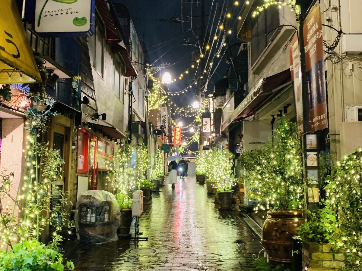営業後のいくつかの店舗が明かりをつけて帰り道を明るく照らしている(レンガ坂)