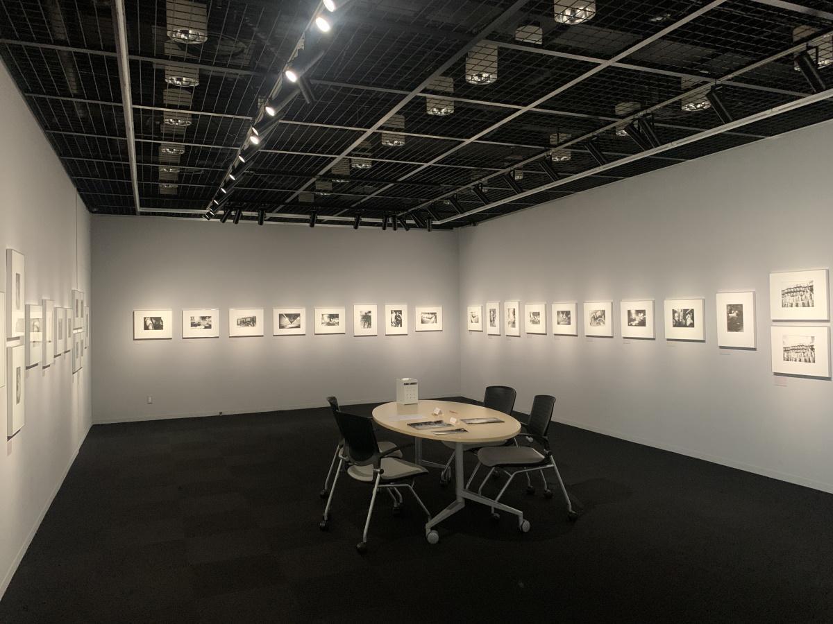 モノクロ写真作品約60点を展示する