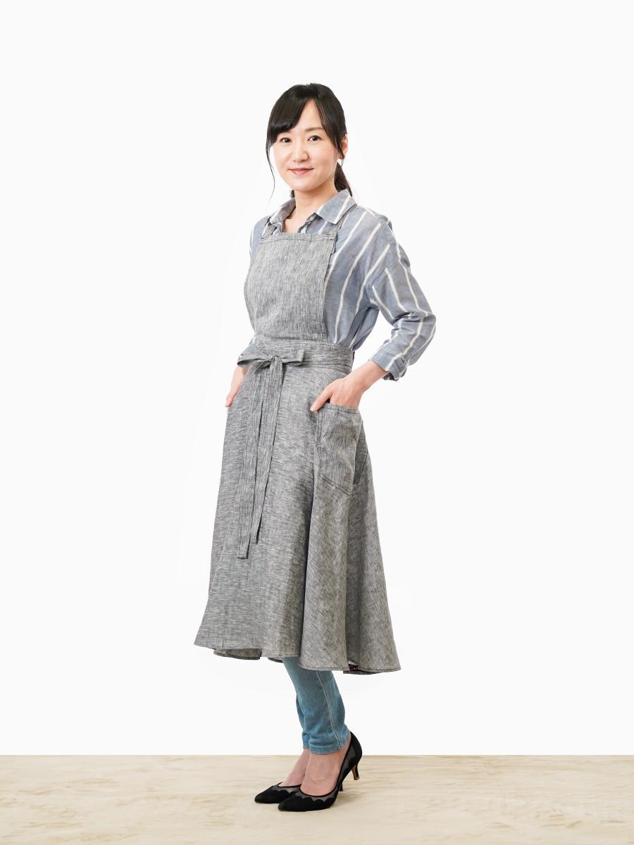 ワンピース風エプロン(リネン100%)を着る稲石清美さん