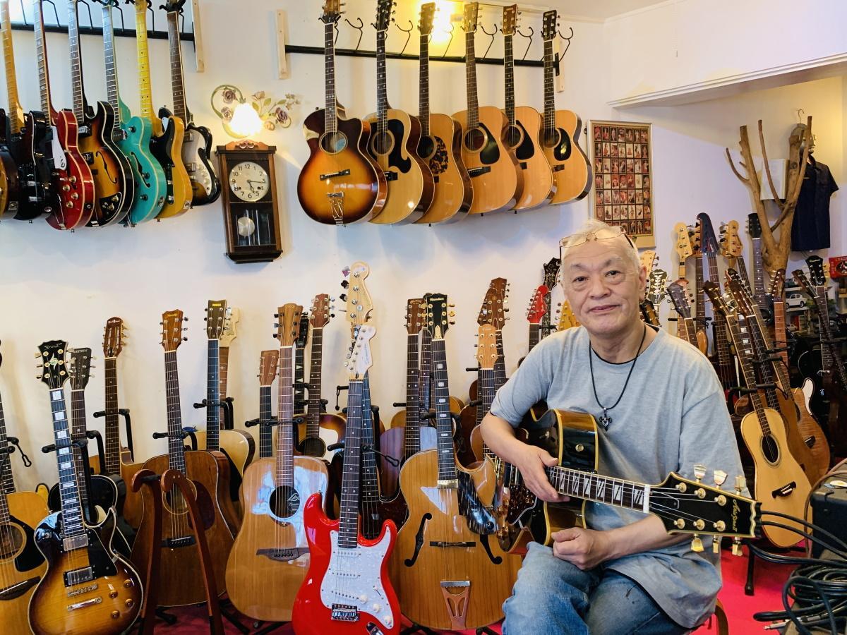 ギターが並ぶ店内と店主のDar(ダー)さんこと吉田隆さん