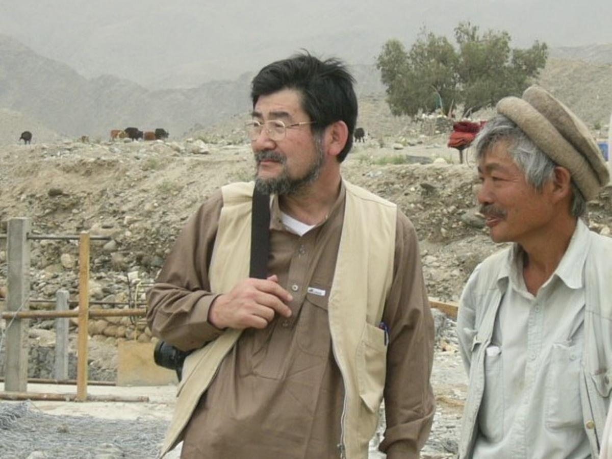 講演する村上優さん(左)とアフガニスタンのナンガルハル州ジャラーラーバードで武装勢力の銃弾により命を落とした故・中村哲さん(右)
