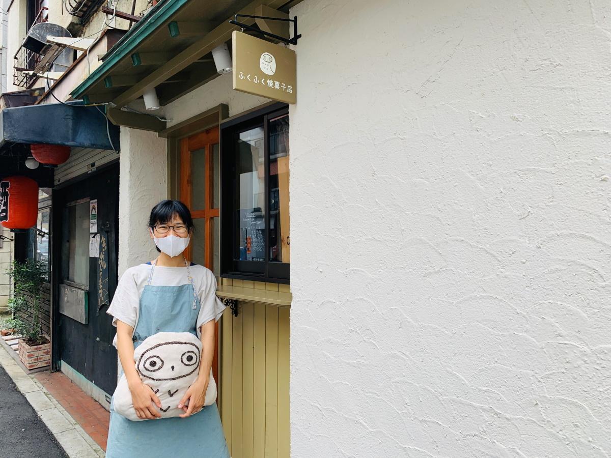 店主の山口夏実さんと「ふくふく焼菓子店」外観
