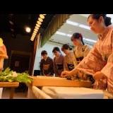 中野・織田学園で着物女子が巨大豆腐に献針 「針供養祭」で「針」ねぎらう