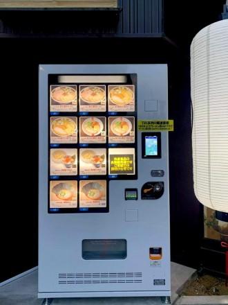 凪スピリッツ、中野五差路近くのラーメン店「小松屋」脇に冷凍ラーメン自動販売機
