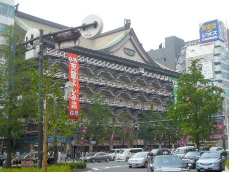 演劇興行の拠点になっている「新歌舞伎座」。御堂筋沿いに位置し、観光名所としても名高い