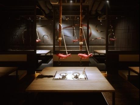 囲炉裏を設置した客席。年配の客が多いため、スタイリッシュなだけでなく「居心地の良さ」も考慮してデザインされた