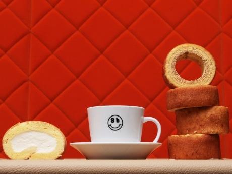 北海道産の生クリームを使用した生ロールケーキ「8bロール」と、京都の地卵を使用したバウムクーヘン「堀江バウム」
