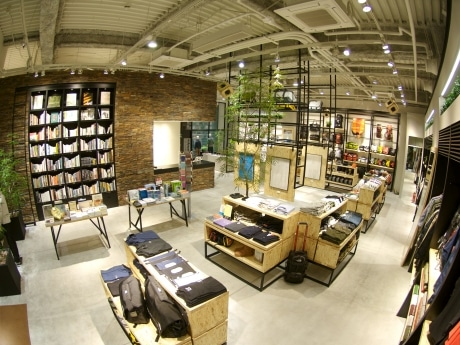 ザ・ノース・フェイス 堀江店の店内イメージ。5メートルの天井高を生かした開放感のある店内