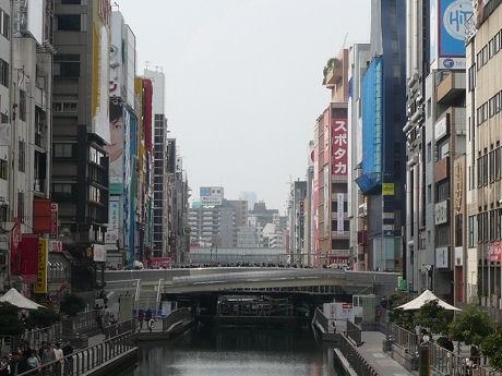 11月22日に竣工する戎橋。周辺には商店街や飲食店、グリコ看板やくいだおれ人形などが並ぶ観光名所
