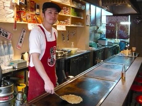 岸和田名物「かしみん焼」を、修行を積んだスタッフが約8分で素早く焼き上げる