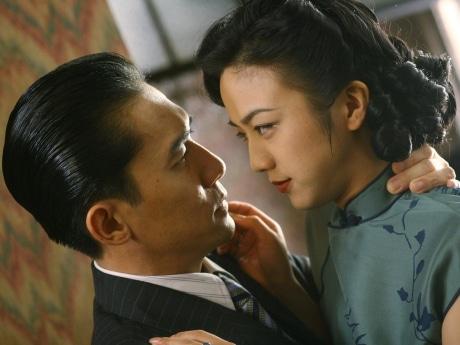 日本占領下の上海を舞台に、抗日運動に身を投じる女スパイ「ウォン」と、敵対する特務機関のリーダー「イー」の禁断の愛を描く © 2007 HAISHANG FILMS/WISEPOLICY