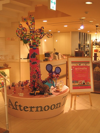 展示の様子。カラフルな「アニマリオ」たちが店内を彩る