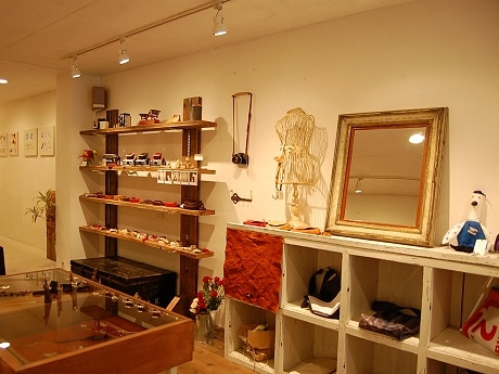 アンティークな店内に、カメラ雑貨やハンドメードアクセサリーなどが並ぶ(写真=1階ショップ)