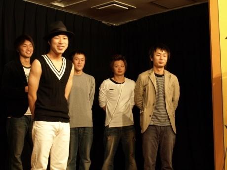 若手芸人によるお笑いライブ「これからです!!」Vo.1の様子。1番右が主催の伊藤さん