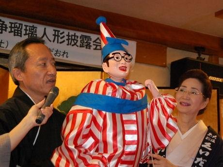 公開された「くいだおれ太郎」の浄瑠璃人形と、文楽人形遣いの桐竹勘十郎さん、女将(おかみ)の柿木道子さん。