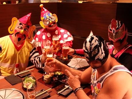 内覧会で鉄板焼きを食べる大阪プロレスのレスラー
