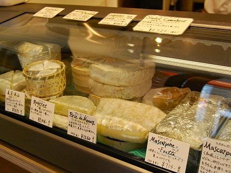 ショーケースには自家製チーズをはじめ国内外のチーズが並ぶ