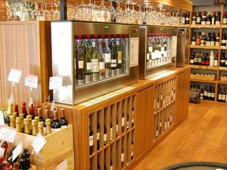 店内の様子。中央に設置されたプリペイドカード式ワイン試飲機で、来店客は自由に40種類のワインをテイスティングできる。