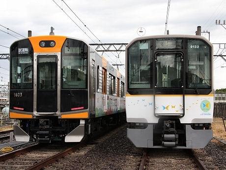 阪神1000系車両(左)と近鉄の相互直通運転車両9020系PRトレイン(ラッピング車両)