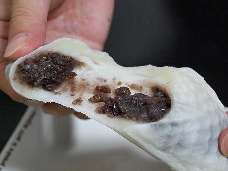 食べるともちもちとした食感が特徴の白いタイヤキ(黒あん)