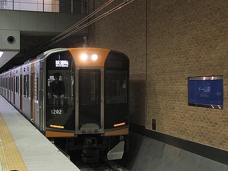 ドーム前駅に進入する試運転列車