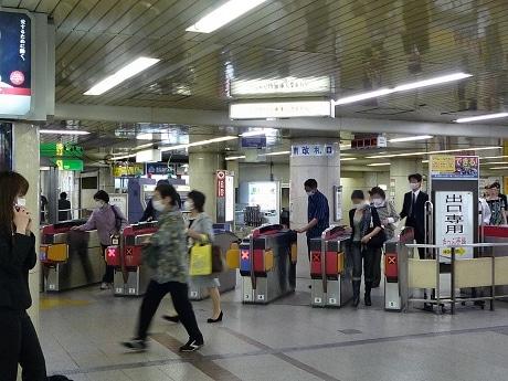 地下鉄なんば駅ではマスクを着用した人らが足早に改札を抜けていく