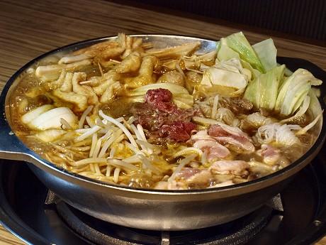 牛肉や豚肉、もやし、キャベツなど11種類の具材が入るヘルシーな「カレー鍋」