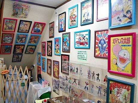 店内には昔懐かしいアニメのイラストやフィギュアが飾られている。海外からの来店客にも人気。