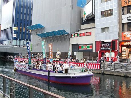 歌舞伎役者らを乗せた船が道頓堀川を進む