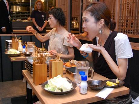 くしかつの大食いに挑む、菅原さん(左)と梅村さん(右)