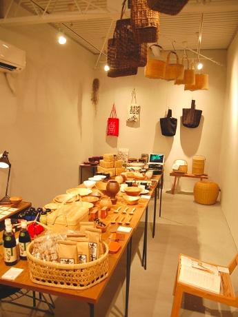 鹿児島の陶器、木工製品、籠製品などが並ぶ