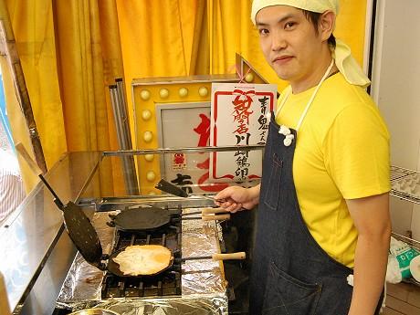 イカ焼き専用の鉄板で焼きあげる廣田泰行さん