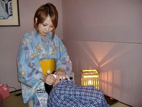 純和風の個室で浴衣の女性にひざ枕で耳かきをしてもらう