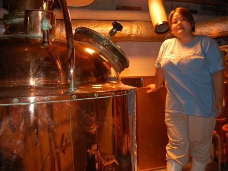 道頓堀地ビールの製造タンクと醸造技師の忽那さん。